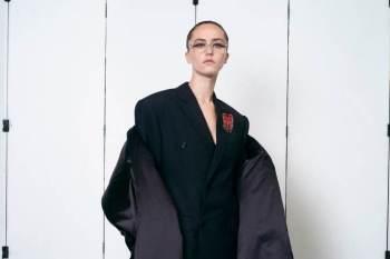 Ella Emhoff desfilou para a Balenciaga, marca que roubou a cena ao apresentar coleção de alta costura