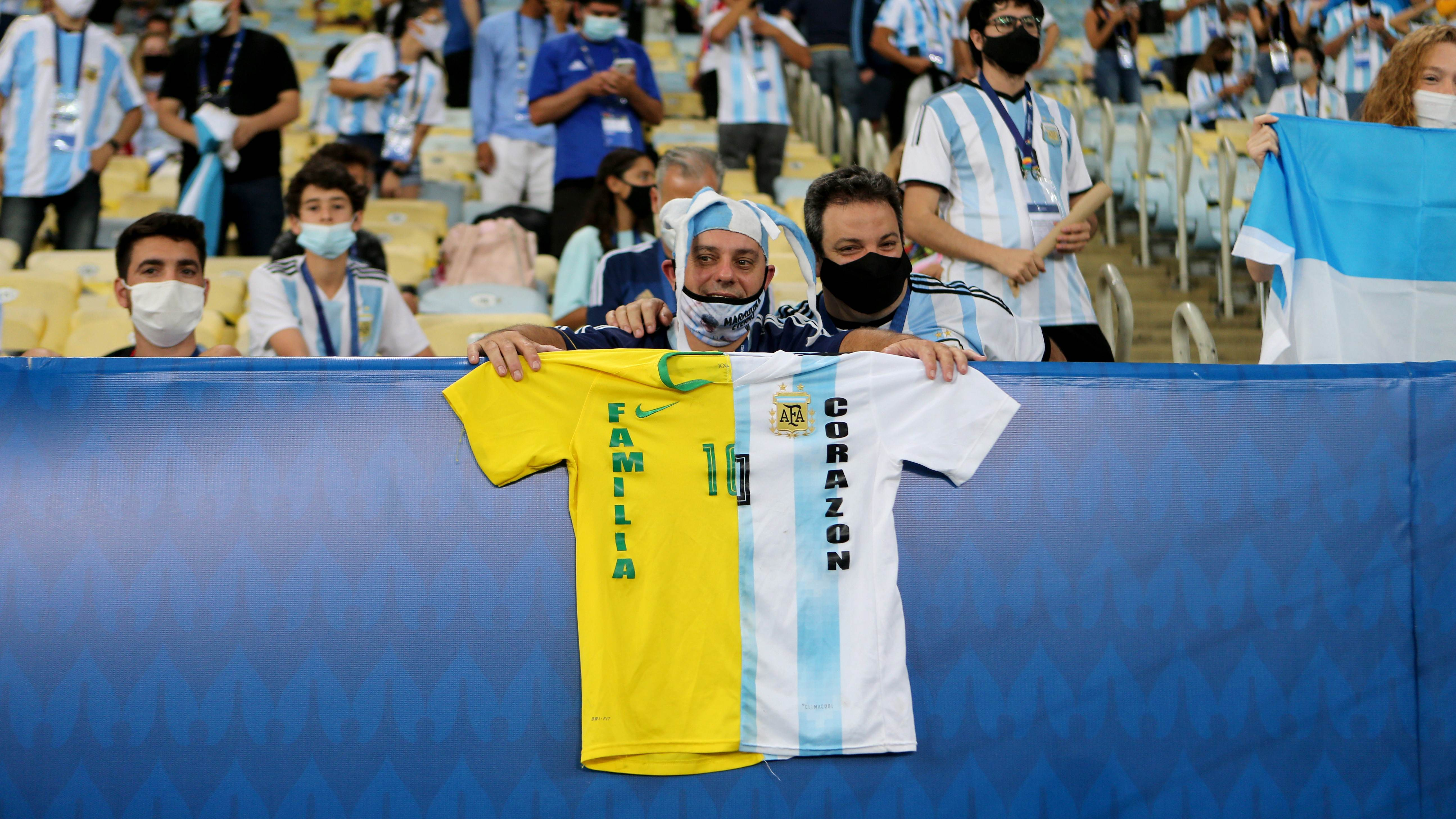 Torcedor com camisa metade brasileira e metade argentina
