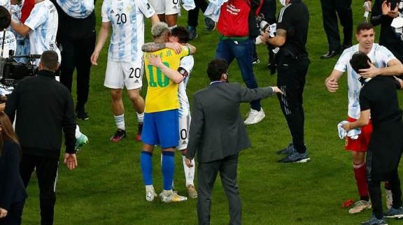 Neymar e Messi se abraçam após apito final