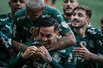 Verdão venceu o Santos no sábado (10) e continua na ponta da tabela; Grêmio, por outro lado, prossegue na lanterna