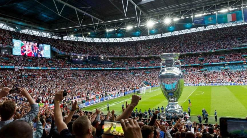 Réplica da taça da Eurocopa é mostrada para torcedores antes do jogo