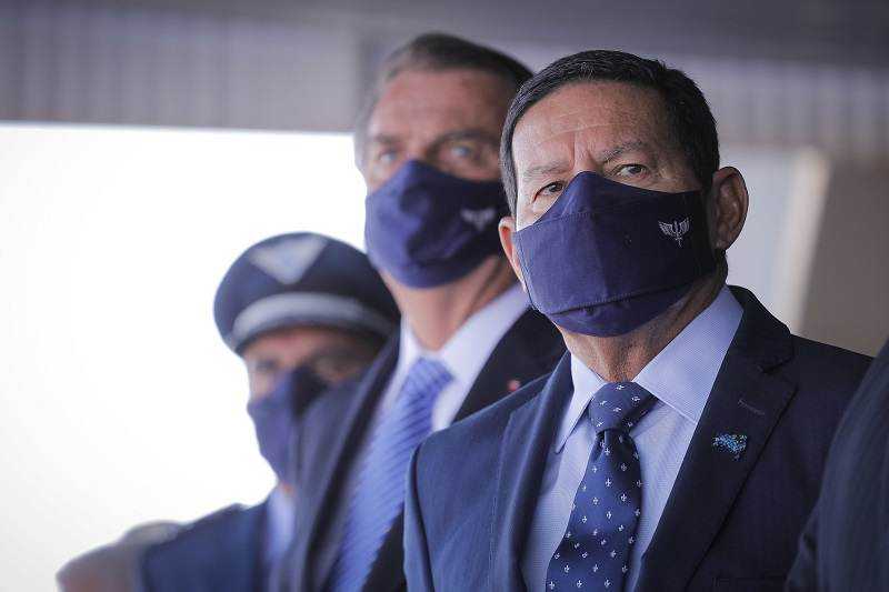 Vice-presidente Hamilton Mourão com o presidente Jair Bolsonaro ao fundo