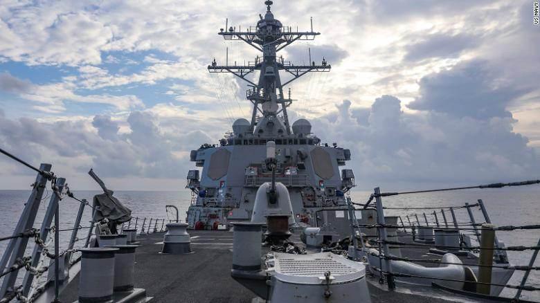 O destroier de mísseis teleguiados USS Benfold navegará pelo Mar da China Meridional nesta segunda-feira (12)
