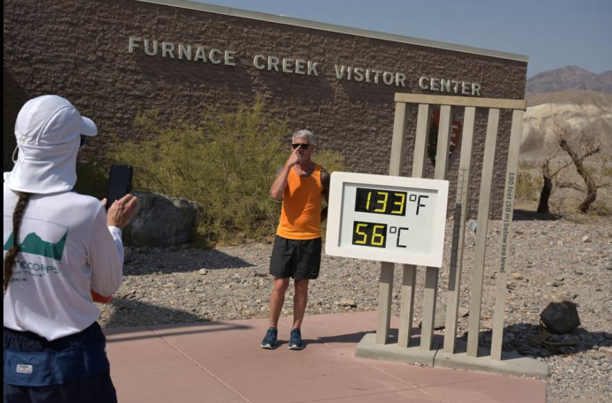 Turista posa ao lado de termômetro no Vale da Morte