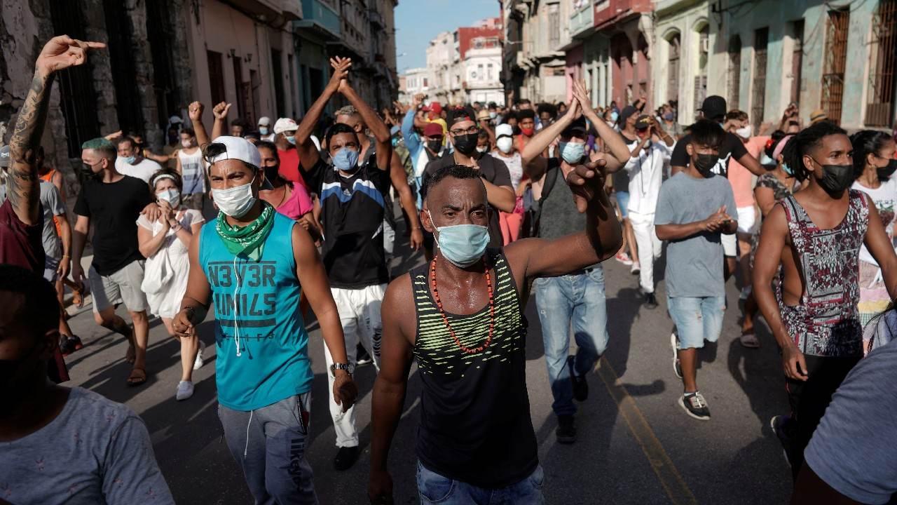 Manifestantes gritam slogans contra o governo cubano durante protesto em Havana