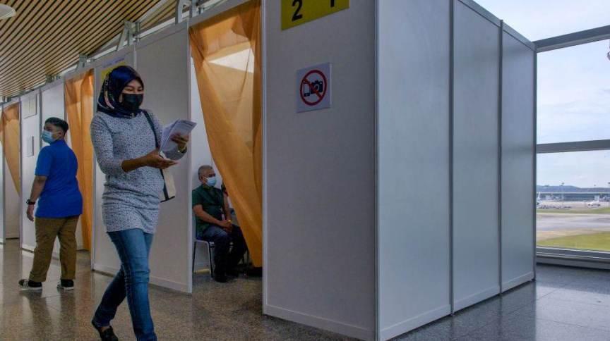Centro de vacinação no aeroporto da Malásia
