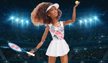A nova boneca faz parte da série Barbie Role Model e segura uma raquete de tênis Yonex
