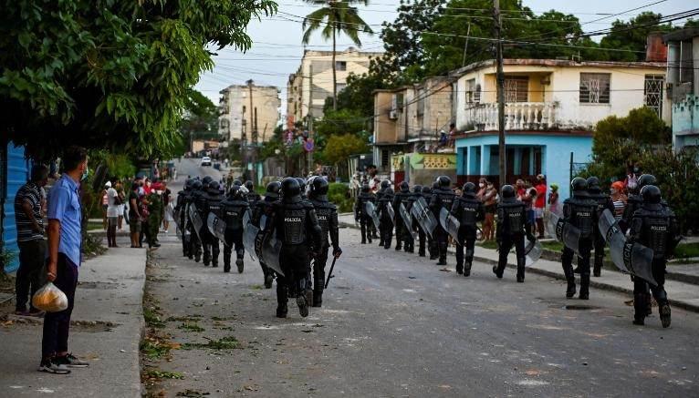 Polícia de choque percorre as ruas após uma manifestação contra o governo do presidente cubano Miguel Diaz-Canel no município de Arroyo Naranjo, na Grande Havana, em 12 de julho
