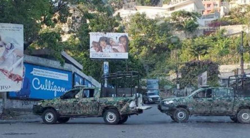Veículos das forças de segurança haitianas bloqueiam estrada em Porto Príncipe/C