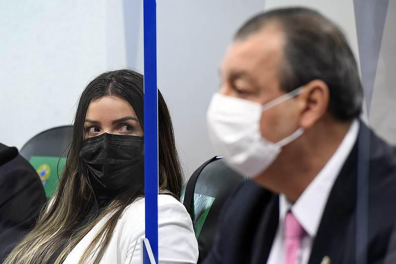 Diretora técnica da Precisa Emanuela Medrades e o presidente da CPI, Omar Aziz
