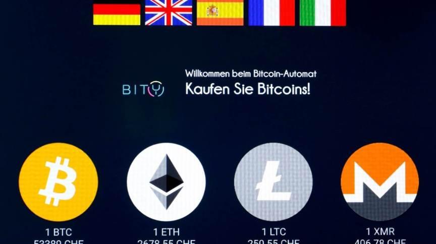 Logo da moeda digital ether e de outras criptomoedas em terminal em Zurique, na Suíça