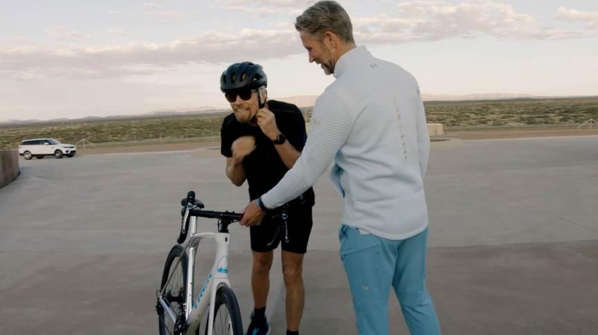 Branson em gravação que o mostra chegando de bicicleta ao local de lançamento espacial