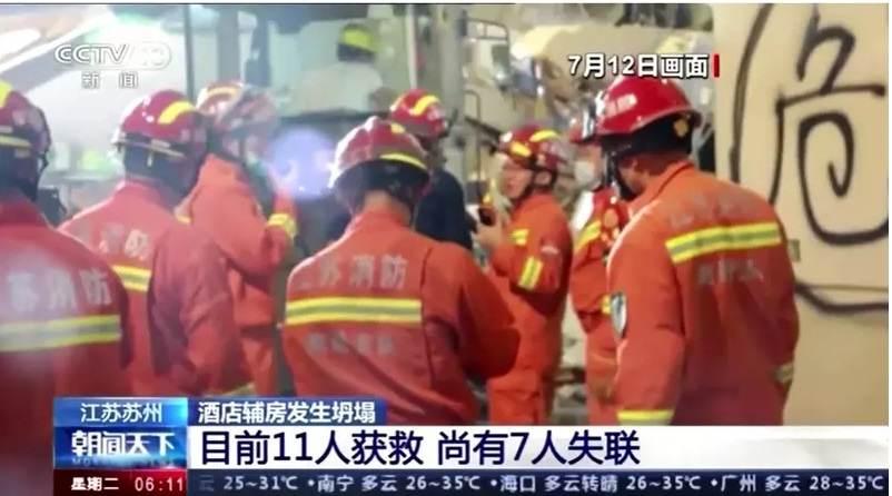 Equipes de resgate trabalham após desabamento