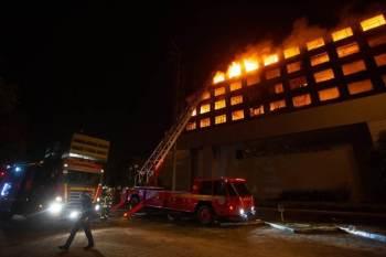 Homens combatiam incêndio no prédio da SSP do Rio Grande do Sul, localizado no centro de Porto Alegre