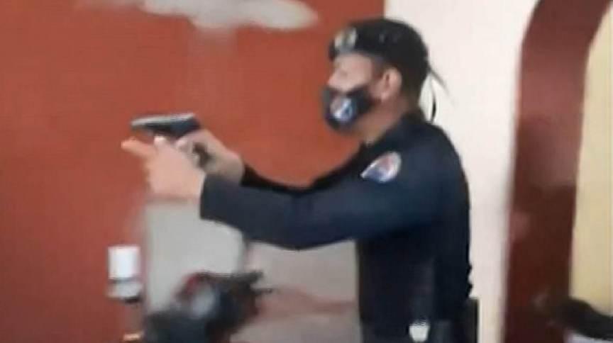 Policial em residência de mulher cubana que denunciou ação violenta
