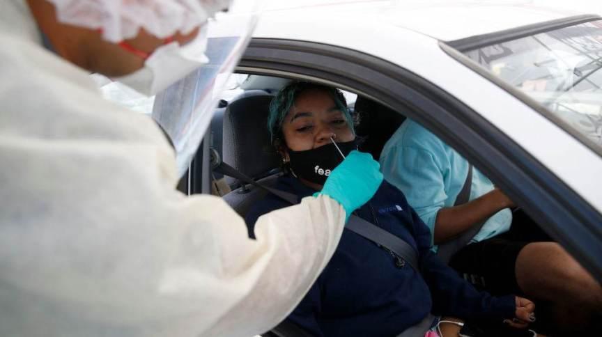 Mulher sendo testada para Covid-19 nos Estados Unidos