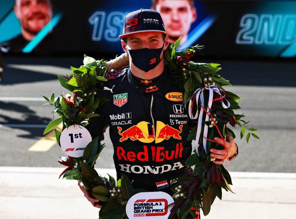 Max Verstappen, da Red Bull, comemora pole position para Grande Prêmio da Inglat