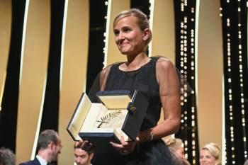 Diretora francesa Julia Ducournau concorria pela primeira vez e tornou-se a segunda mulher na história a vencer prêmio principal