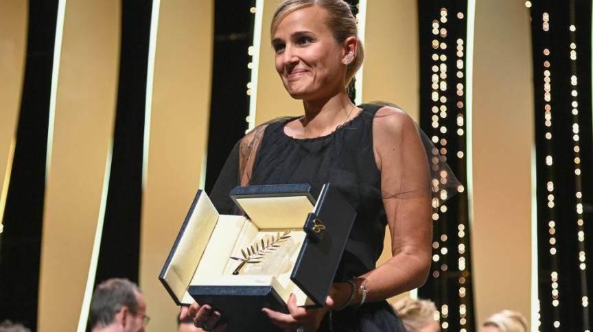 Diretora Julia Ducournau posa com a Palma de Ouro para o filme Titane