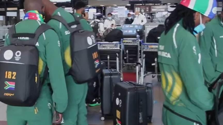 Delegação de futebol sul-africana no embarque para Tóquio