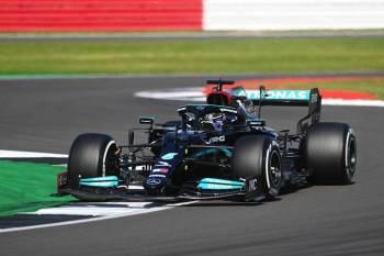 Hamilton ultrapassou Charles Leclerc nas últimas voltas e venceu 99ª corrida da carreira