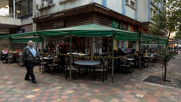 Clientes almoçam em um restaurante reaberto após a flexibilização das medidas de