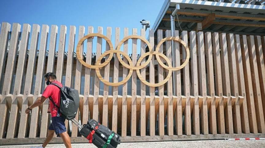 Olimpíada de Tóquio: homem da delegação mexicana passa pela entrada da Vila Olímpica