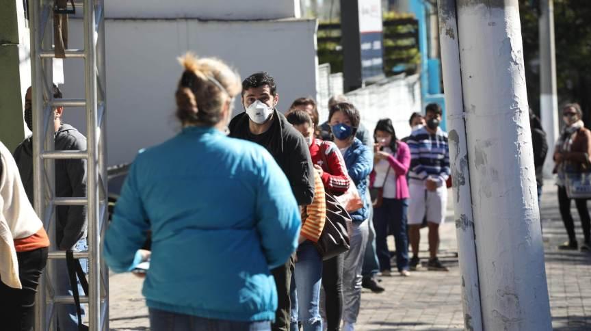 Fila de pessoas para vacinação contra a Covid-19 na UBS de Moema, na zona sul de São Paulo (SP)