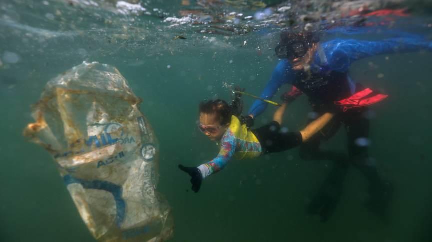 Nina Gomes, de apenas quatro anos, coleta lixo do mar do Rio de Janeiro