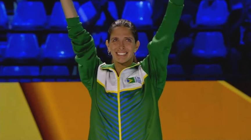 Esgrimista brasileira Nathalie Moellhausen, comemora seu título mundial em 2019 (20.jul.2021)