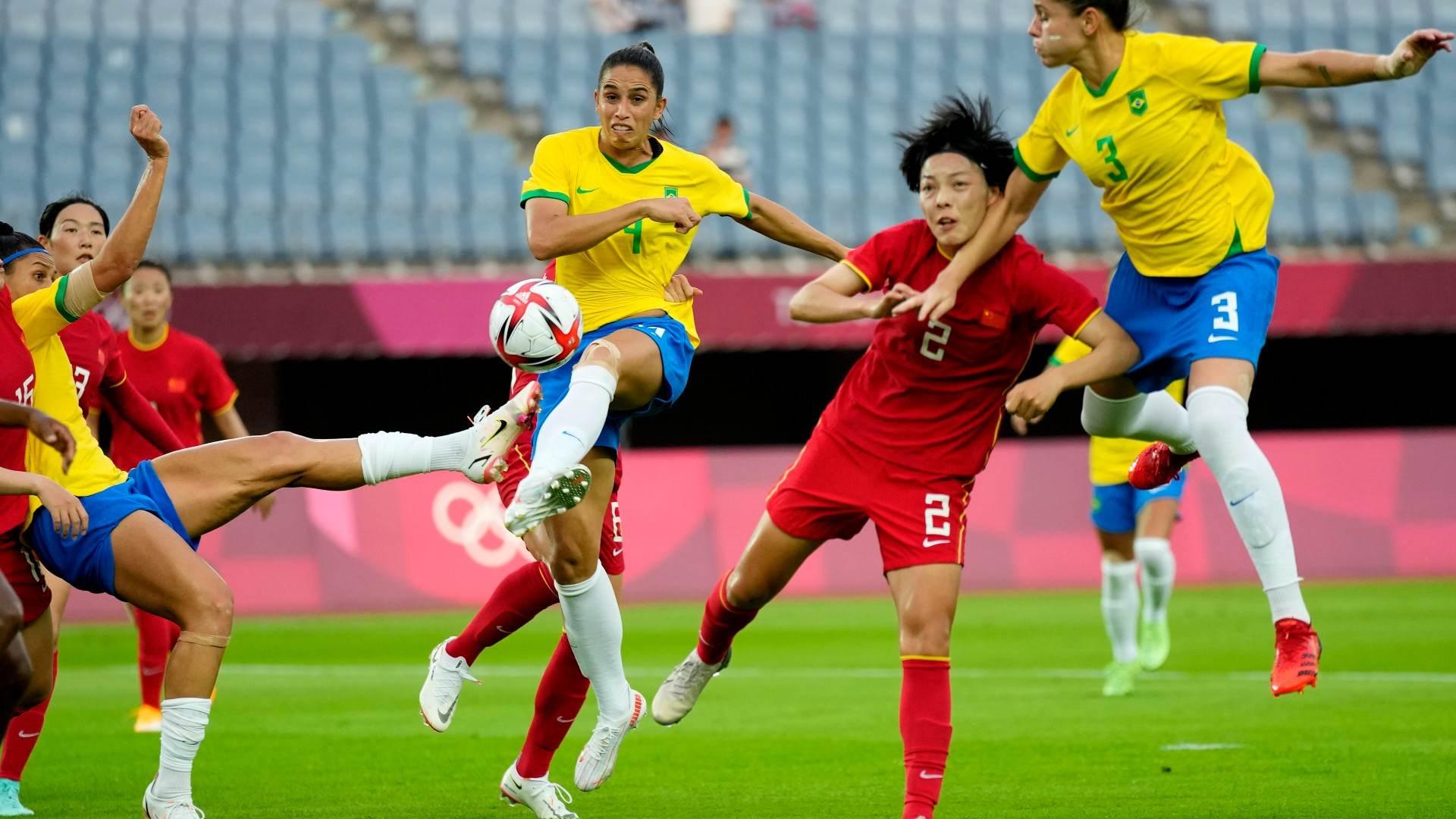 Jogadoras de Brasil e China disputam bola em estreia na Olimpíada de Tóquio