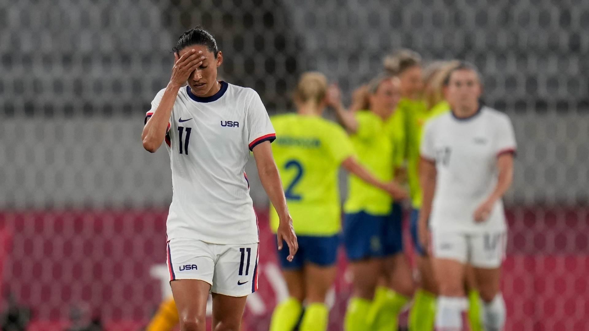 Jogadoras suecas comemoram 3º gol na vitória sobre os EUA