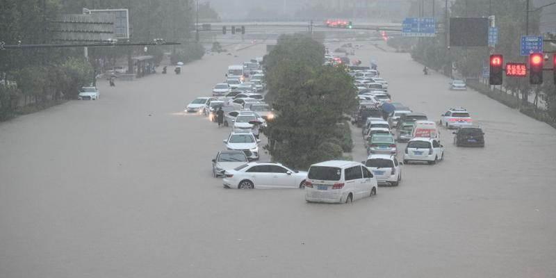 Tempestade na China: carros ficam cobertos pela enchente