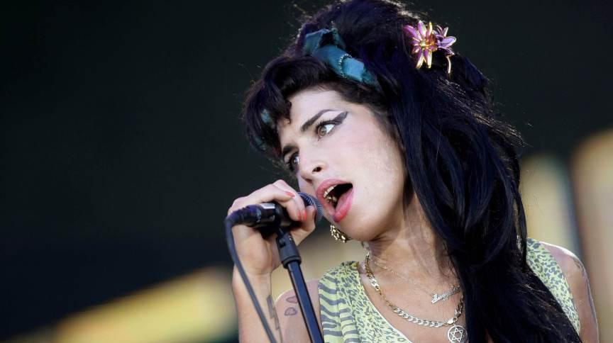 Amy Winehouse durante show na Espanha em 2008