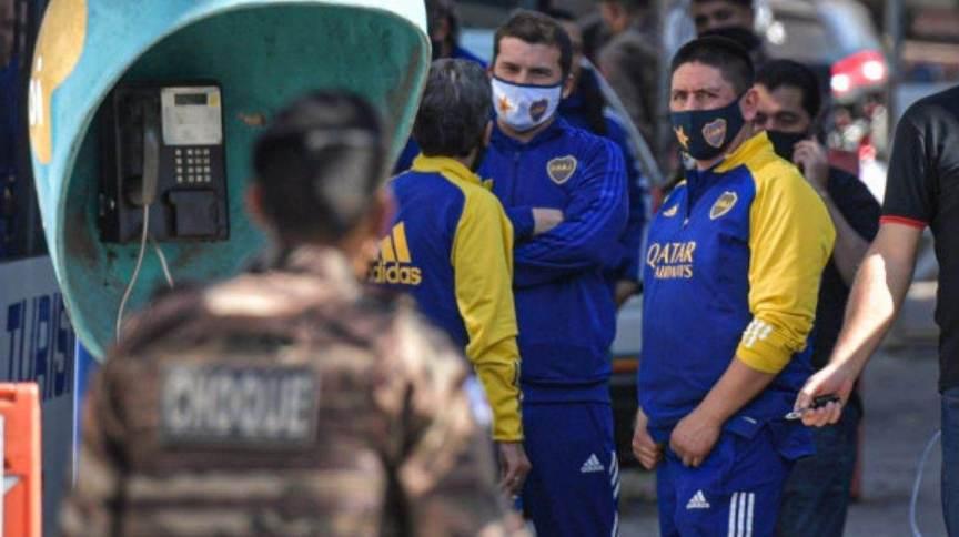 Delegação do Boca Juniors aguarda ao lado de fora da delegacia em Belo Horizonte