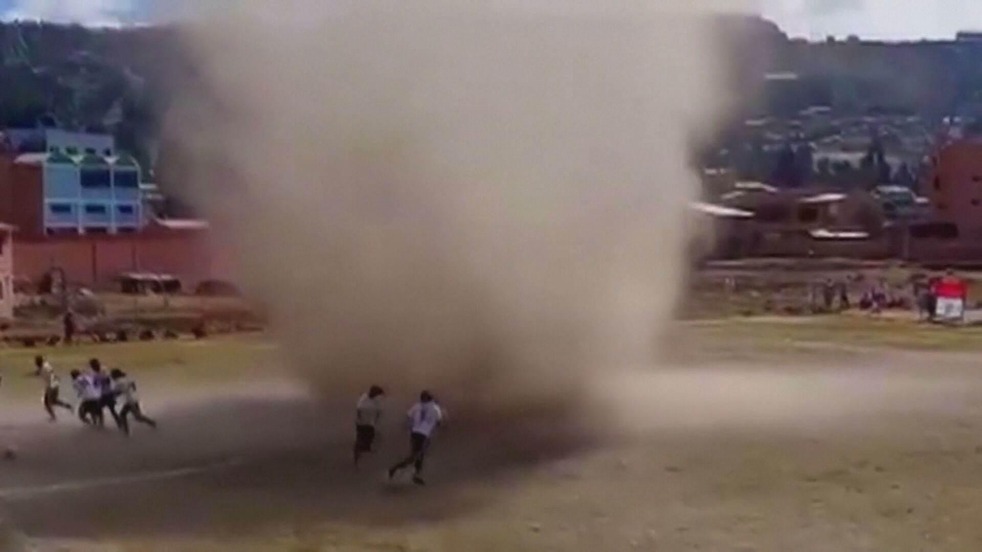 Redemoinho interrompeu jogo de futebol na Bolívia