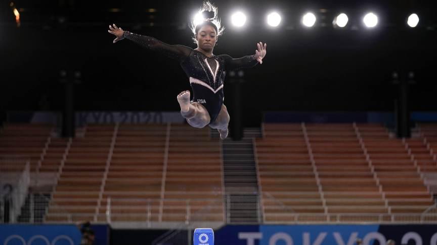 Ginasta Simone Biles, dos EUA, pratica na trave durante treino em Tóquio para as Olimpíadas