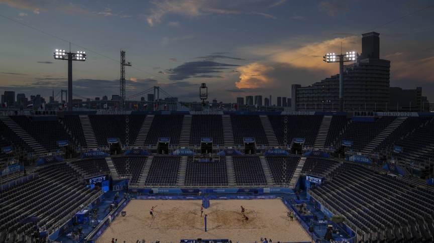 Atletas treinam na arena olímpica do vôlei de praia em Shiokaze Park, em Tóquio