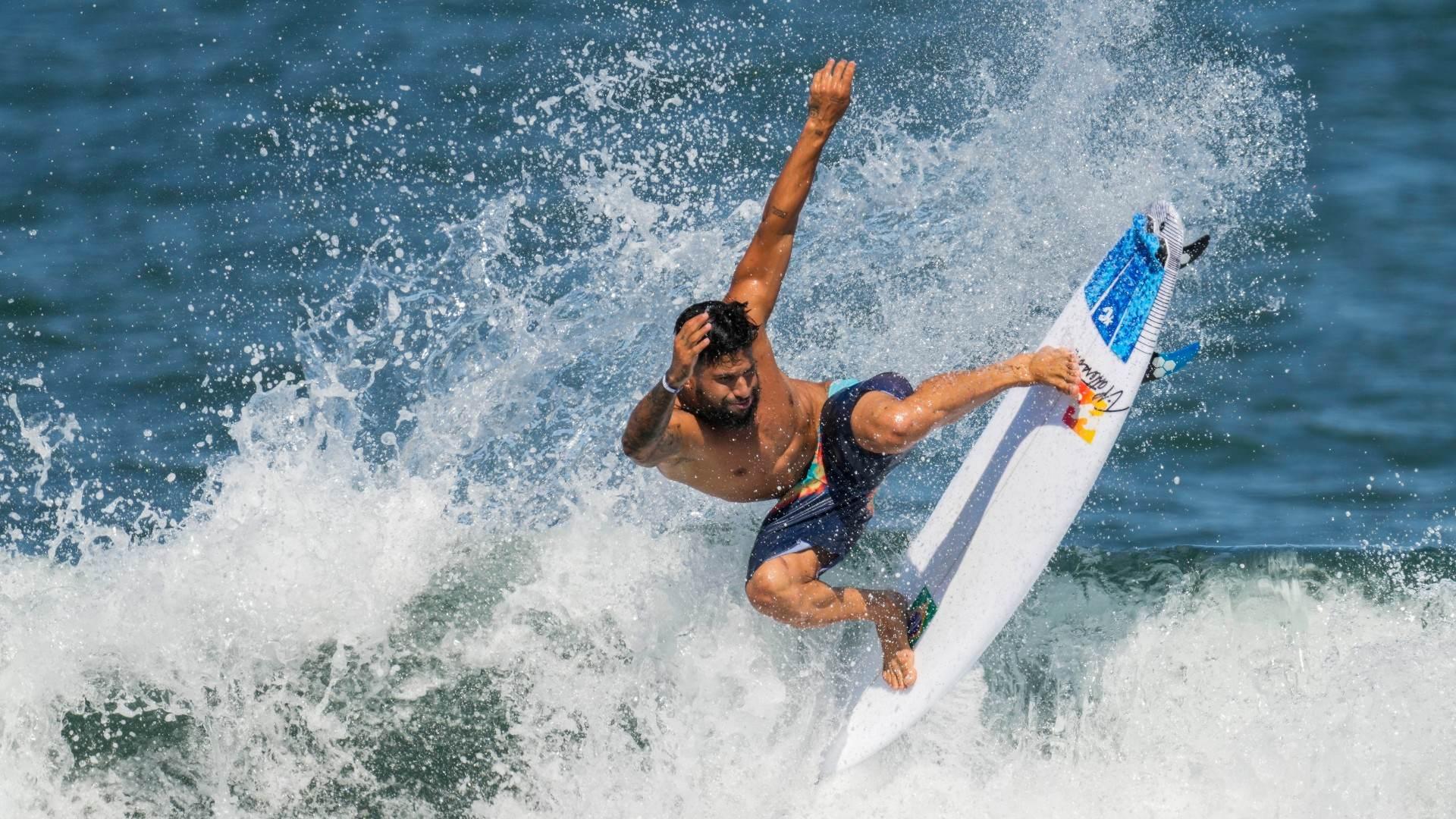 O surfista brasileiro Ítalo Ferreira treina as Olimpíadas de Tóquio