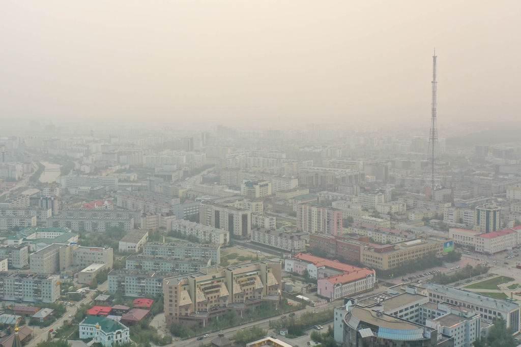 Vista aérea de Yakutsk, na Rússia, mostra fumaça sobre a cidade