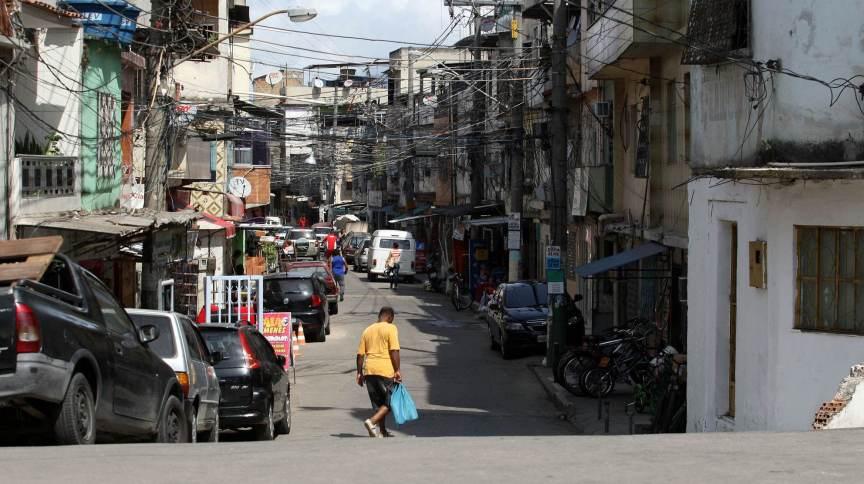 Movimentação em rua do Complexo da Maré, na zona norte do Rio