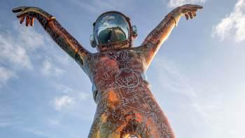 Fazendo uma pose de dança inspirada em Michael Jackson, a escultura imponente é decorada com palavras e equações matemáticas