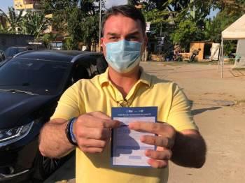 O presidente já poderia ter sido vacinado pelo critério de idade tanto no Distrito Federal, onde mora, quanto no Rio de Janeiro, onde tem domicílio eleitoral
