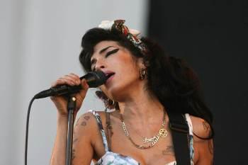 Itens com que a cantora era fotografada frequentemente e o vestido que usou em seu último show estão entre as peças a serem vendidas