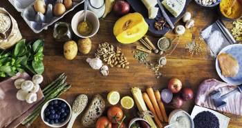 As fontes de vitamina B12 são exclusivamente alimentos de origem animal, principalmente carne bovina, suína, fígado, vísceras e peixes