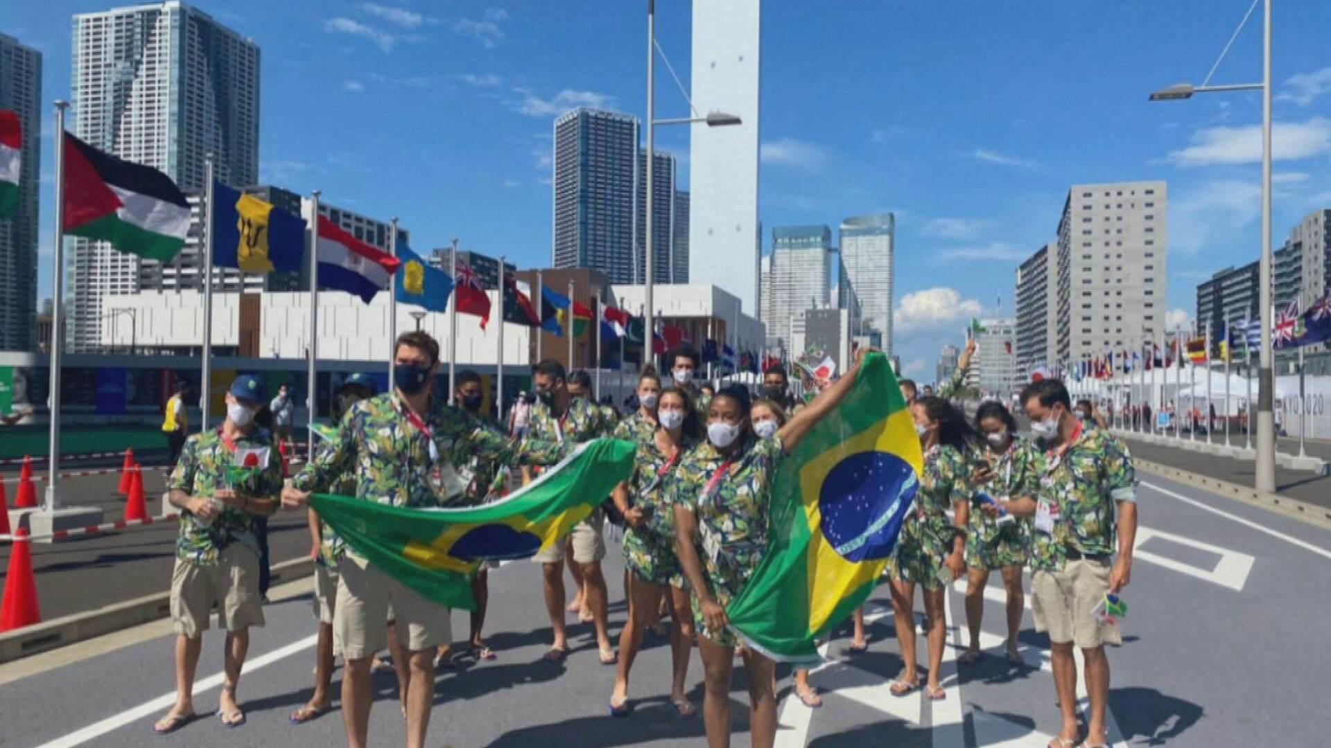 Delegação brasileira faz desfile simbólico no Japão