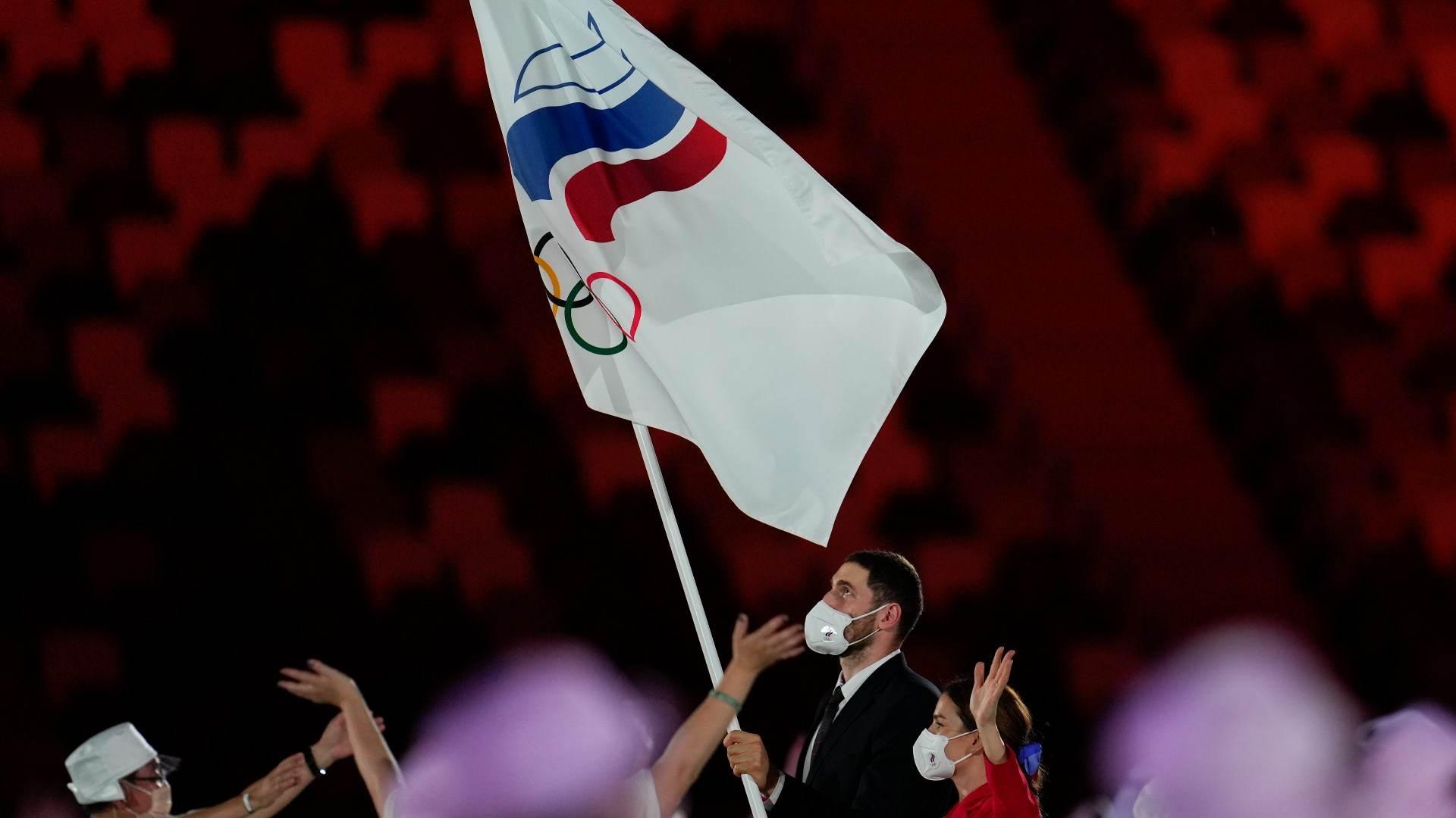Com Rússia banida dos Jogos, atletas do país desfilam com cores de Comitê