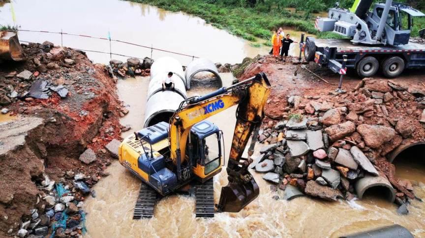 Retroescavadeira ajuda a tirar destroços em alagamento na China