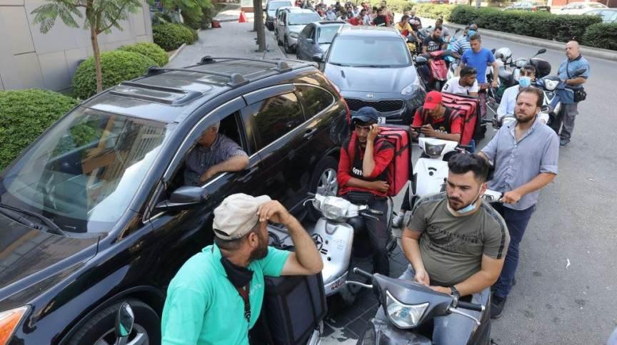 """Líbano sofre """"desastre financeiro"""" e escassez de água e combustível; motoristas fazem fila para encher os tanques de seus veículos em Beirute"""