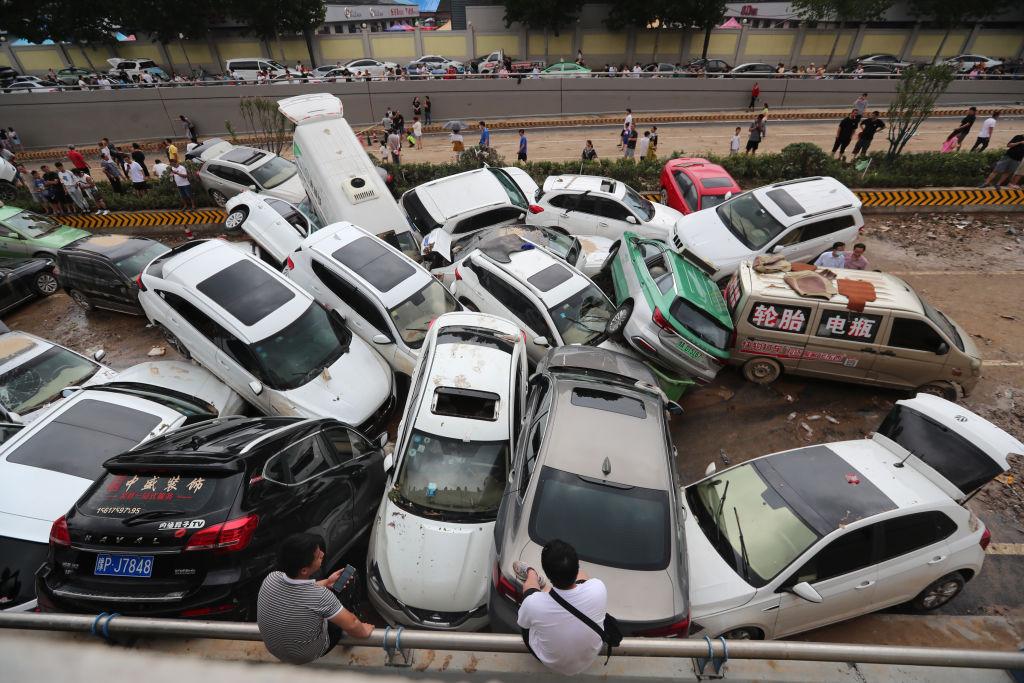 Carros empilhados após devastadora enchente na China